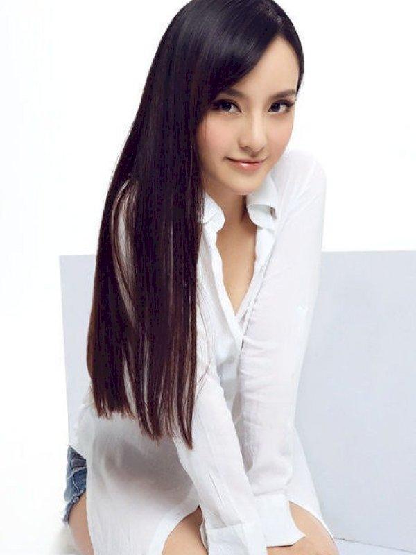 מרינה היפה היא נערה צעירה ומתוקה